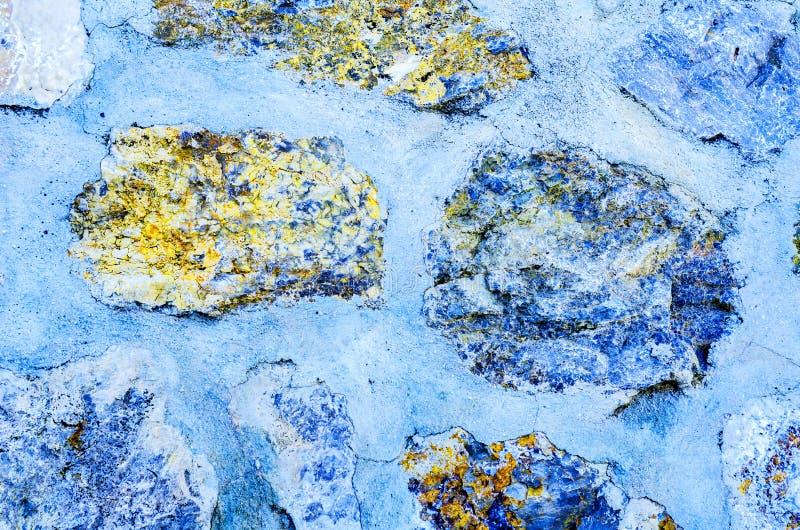 在墙壁,有趣和原始的backgroun安置的老石头 图库摄影