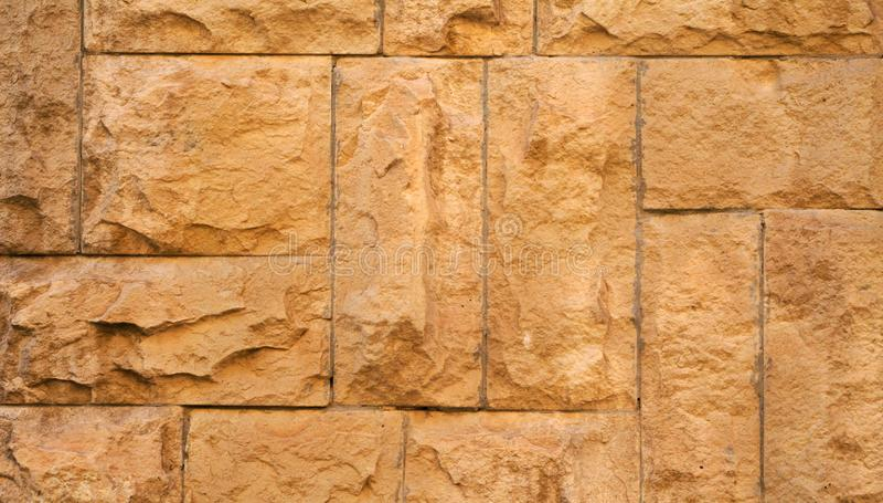 在墙壁,有趣和原始的backgroun安置的老石头 免版税图库摄影
