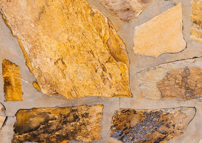 在墙壁,有趣和原始的backgroun安置的老石头 免版税库存图片