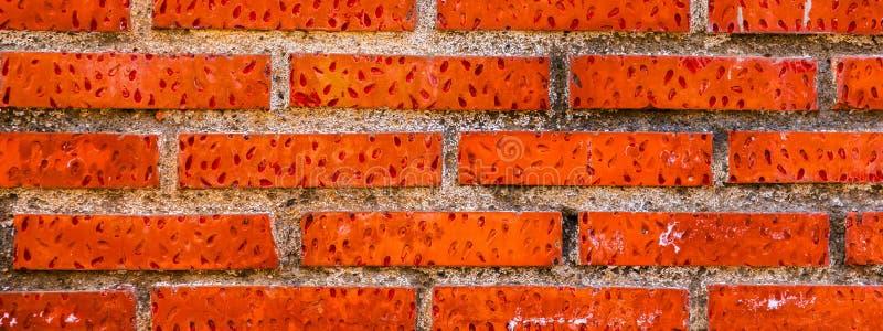 在墙壁,有趣和原始的backgroun安置的老砖 免版税库存图片