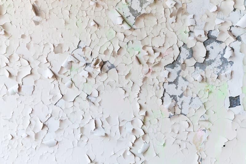 在墙壁,背景纹理上的破裂的剥落的油漆 免版税库存照片