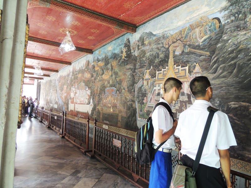 在墙壁ramayana故事的绘画在鲜绿色菩萨曼谷玉佛寺在曼谷 免版税库存图片