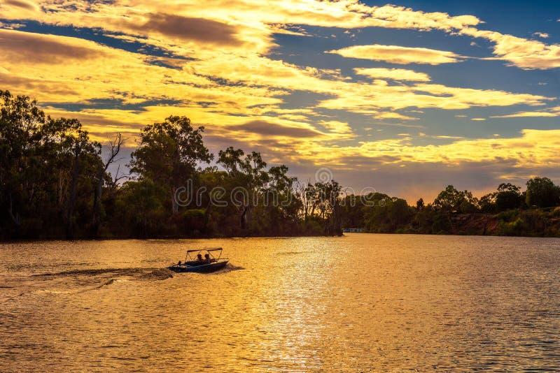 在墨累河的日落有一条小船的在米尔杜拉,澳大利亚 免版税图库摄影