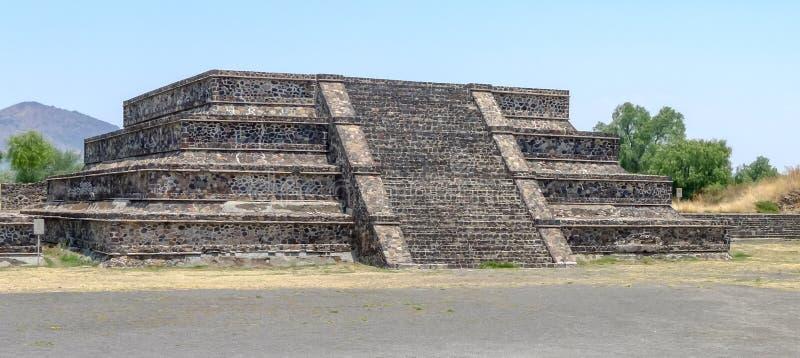 在墨西哥城附近的几何金字塔站点 库存照片