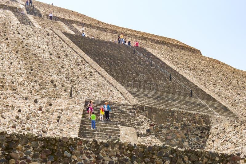 在墨西哥城附近的阿兹台克太阳金字塔 免版税库存照片