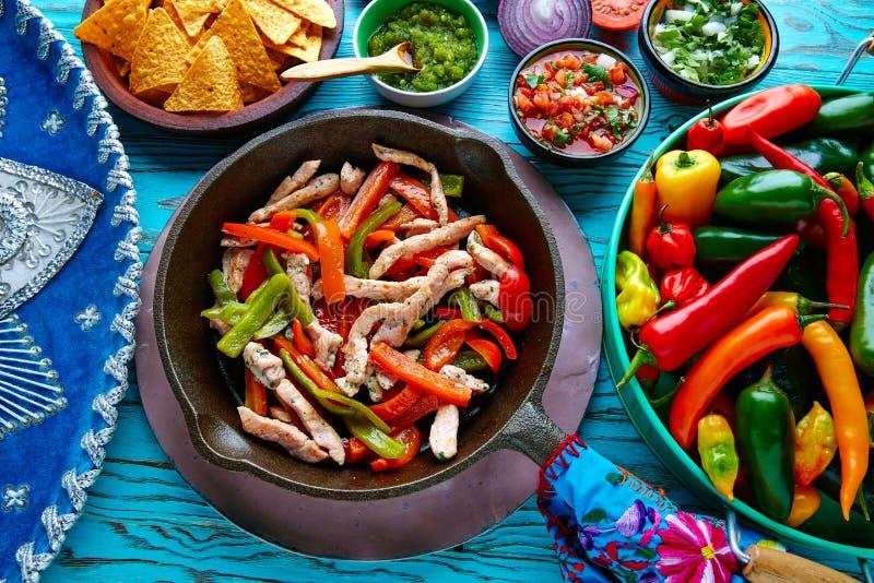 在墨西哥平底锅的辣椒和的边的鸡法加它 库存图片