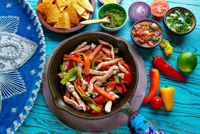 在墨西哥平底锅的辣椒和的边的鸡法加它 图库摄影