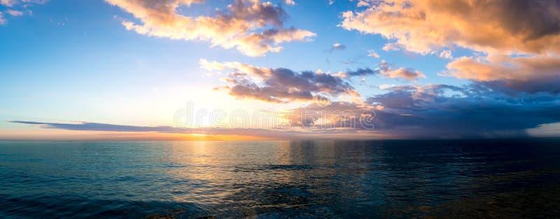 在墨西哥湾的日落在离佛罗里达的附近西海岸  库存照片