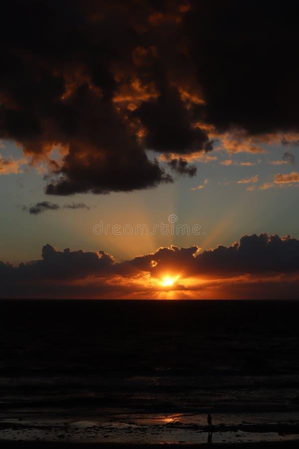 在墨西哥湾的美好的日落 在海洋的美好的橙色金黄日落 太阳落山通过在海的云彩 库存照片