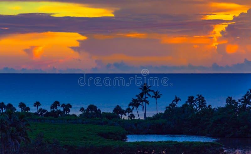 在墨西哥湾的美好的热带日落 免版税库存图片
