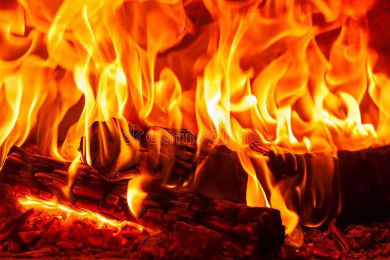 在壁炉、火和火焰的特写镜头跳舞灼烧的木柴 库存照片