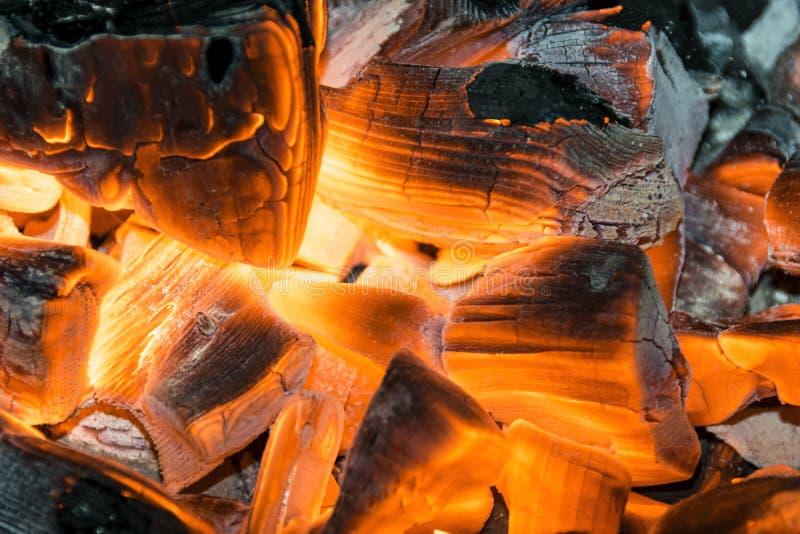 在壁炉关闭的灼烧的木柴, BBQ火,灼烧的木炭背景,烤肉格栅 库存图片