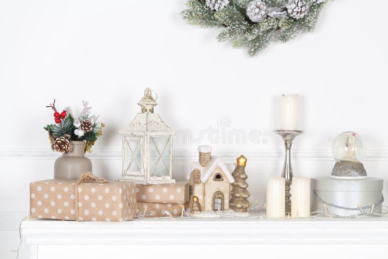 在壁炉披风的五颜六色的圣诞节装饰 图库摄影