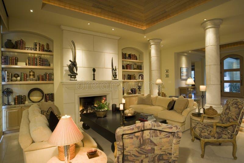 在壁炉的家具与书架在家 库存图片