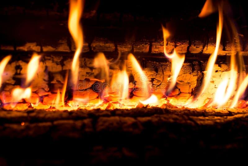 在壁炉的明亮的火 免版税库存图片