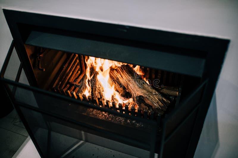 在壁炉的柴火 免版税库存图片
