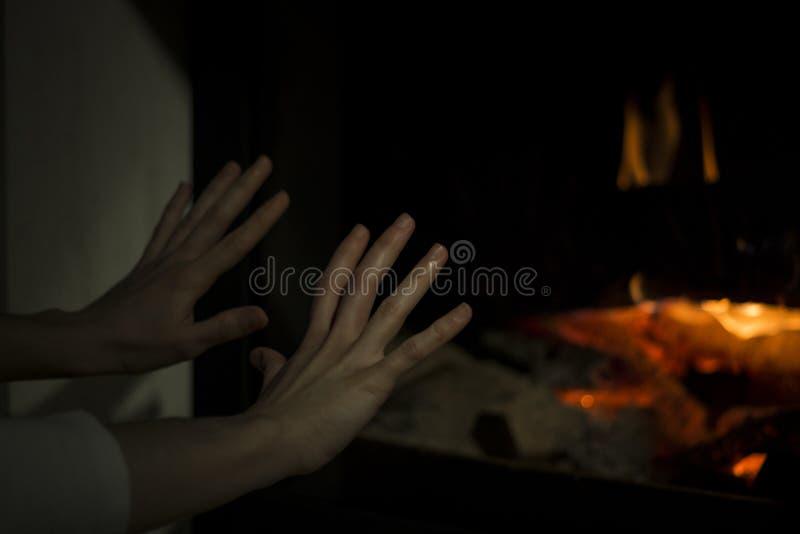 在壁炉的火 温暖的房子 免版税库存照片