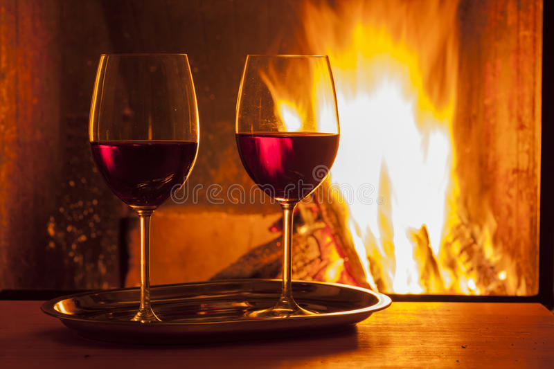 在壁炉的红葡萄酒 库存照片