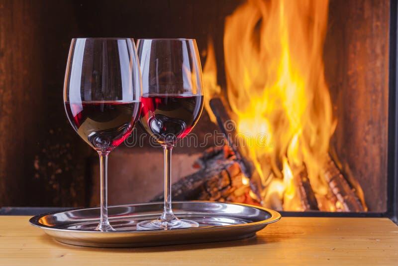 在壁炉的红葡萄酒 免版税库存图片
