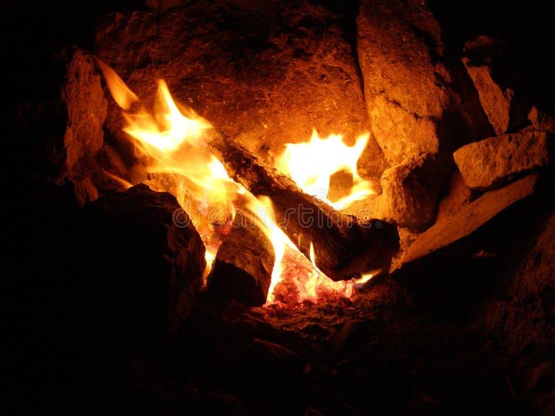 在壁炉边的火在止步不前的晚上在山 图库摄影