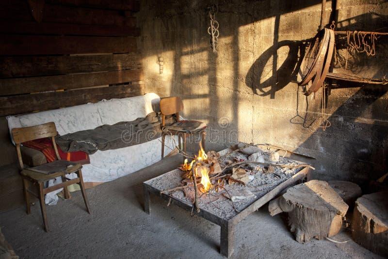 在壁炉边的火 一个老房子在村庄 库存图片