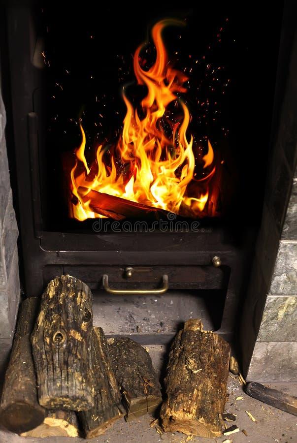 在壁炉边的火 免版税库存图片