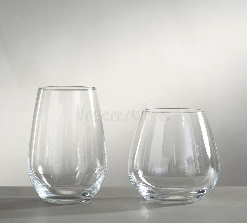在壁炉,Santino酒杯前面的酒杯 库存照片