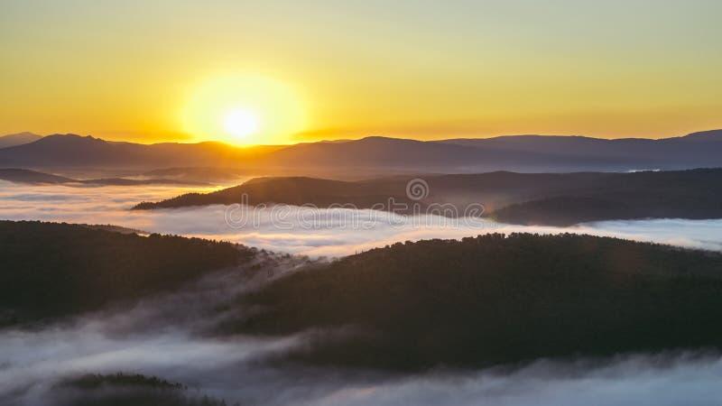 在壮观的日出期间的山谷 使自然夏天环境美化 免版税库存图片