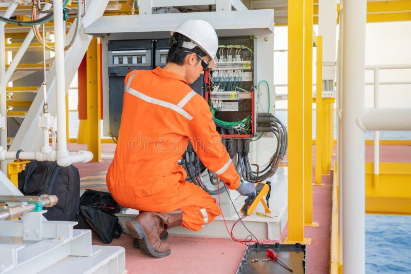 在处理平台的油和煤气的电子和仪器技术员维护电系统 免版税图库摄影