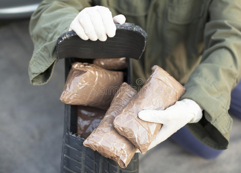 在备用轮胎找到的药物捆绑 库存照片