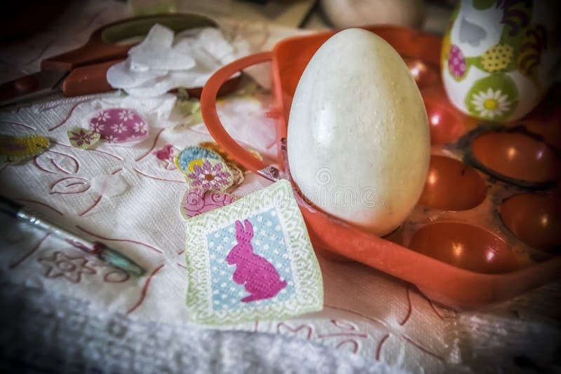 在复活节彩蛋的Decoupage工作 库存图片