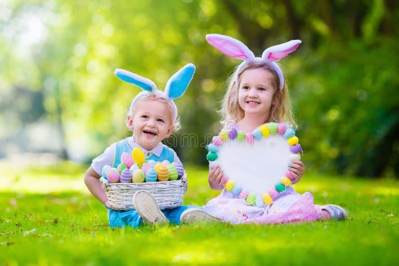在复活节彩蛋狩猎的孩子 免版税库存照片