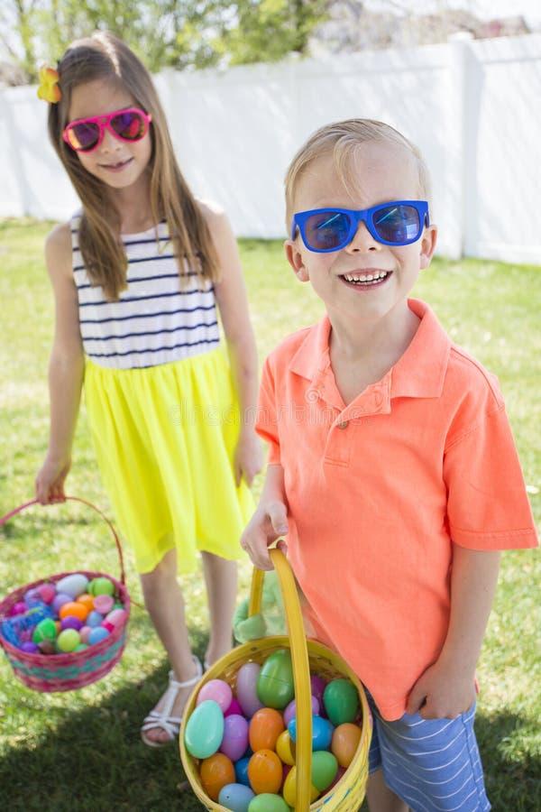 在复活节彩蛋的逗人喜爱的孩子寻找得户外 免版税库存照片