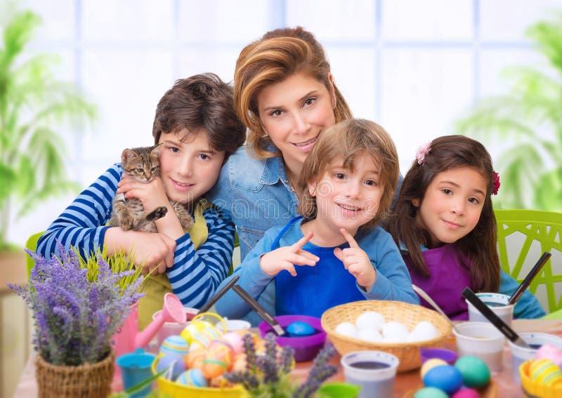 在复活节时间的家庭画象 库存照片