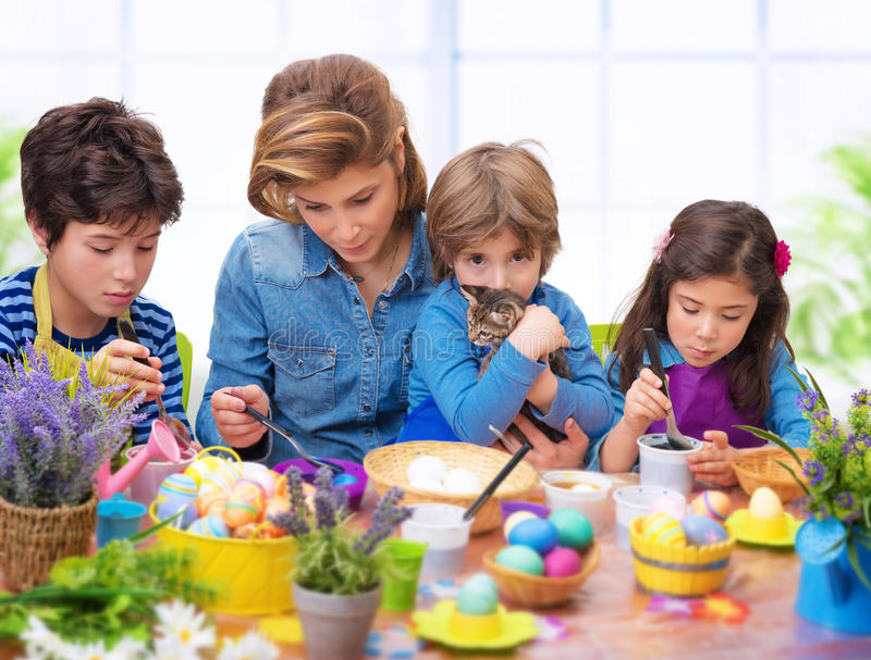 在复活节时间的家庭画象 免版税库存照片