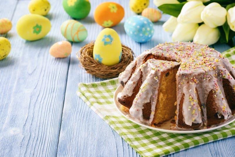在复活节欢乐桌上的复活节蛋糕 复制空间 免版税库存照片