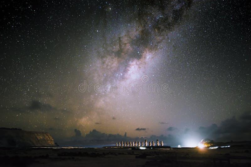 在复活节lsland的银河和Moai在晚上,智利 免版税图库摄影