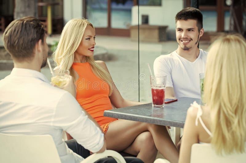 在夏天咖啡馆的朋友集会 免版税库存照片