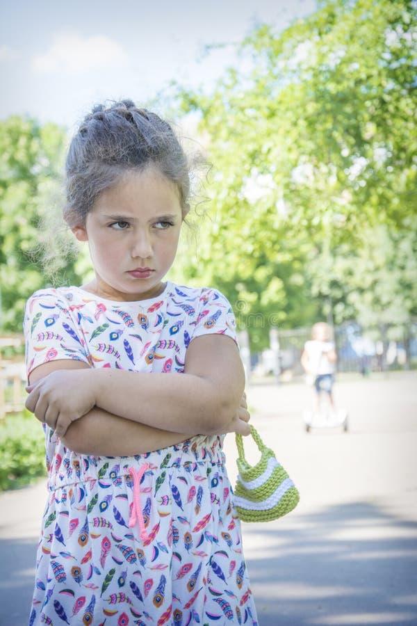 在夏天在公园恼怒,触犯一点gir 免版税库存图片