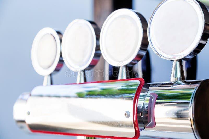 在夏天大阳台的啤酒轻拍 免版税库存照片