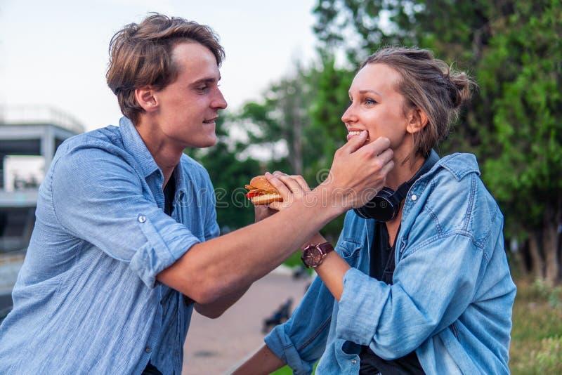 在夏天日落期间的可爱的年轻行家夫妇约会 库存照片