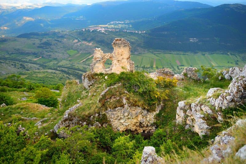 在夏天日落的Rocca卡拉肖城堡,阿布鲁佐 免版税库存照片
