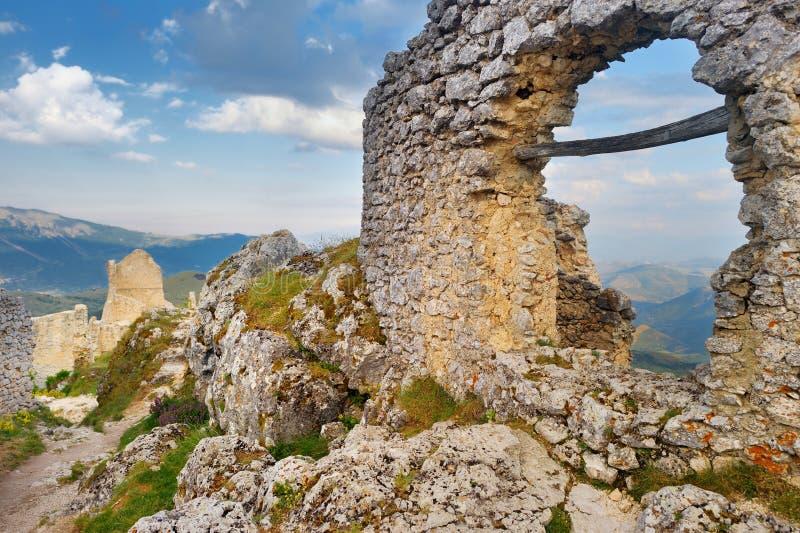 在夏天日落的Rocca卡拉肖城堡,阿布鲁佐 库存图片
