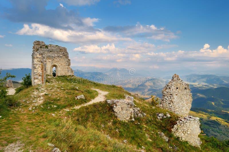 在夏天日落的Rocca卡拉肖城堡,阿布鲁佐 库存照片