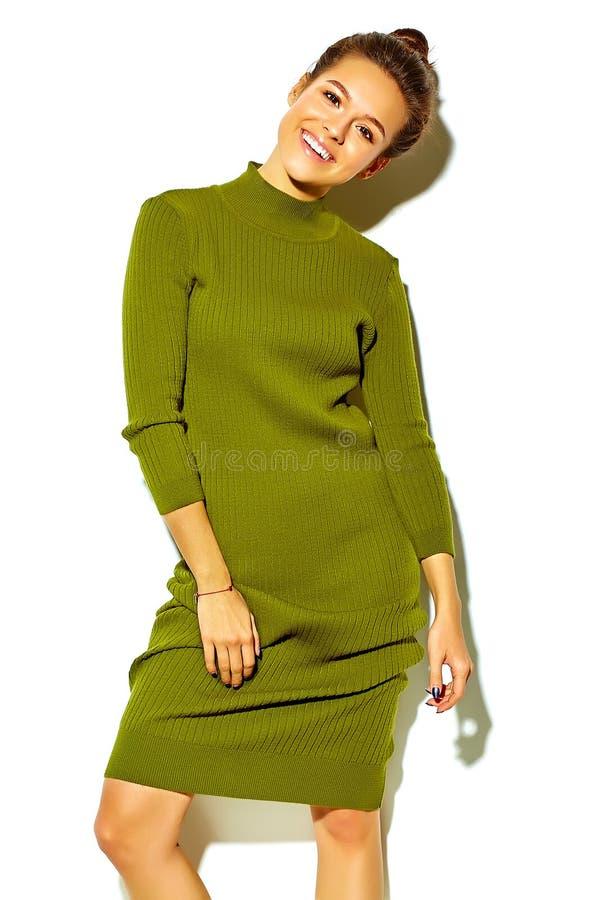 在夏天时髦的衣裳的时髦的美好的模型在演播室 免版税库存图片