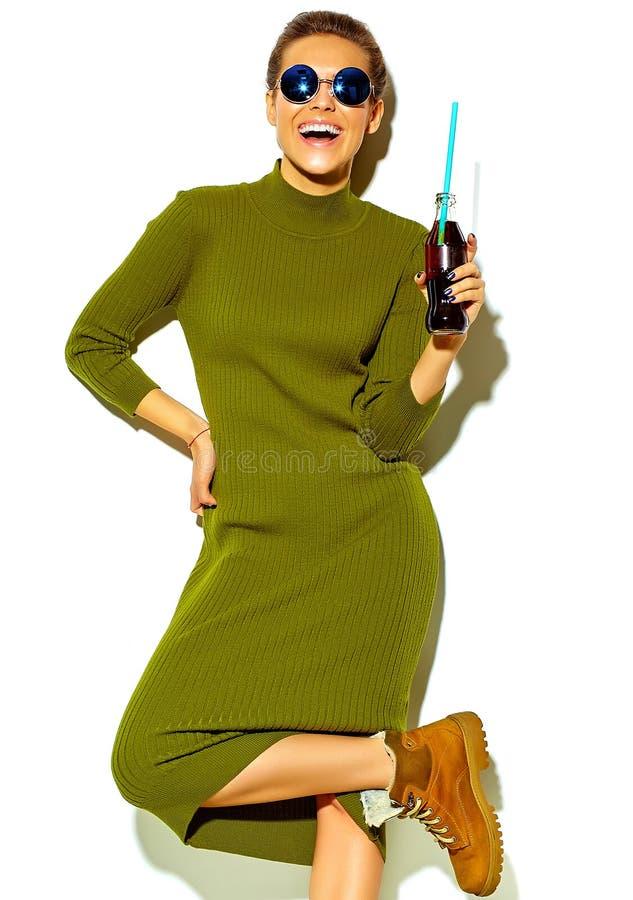 在夏天时髦的衣裳的时髦的美好的模型在演播室 免版税库存照片