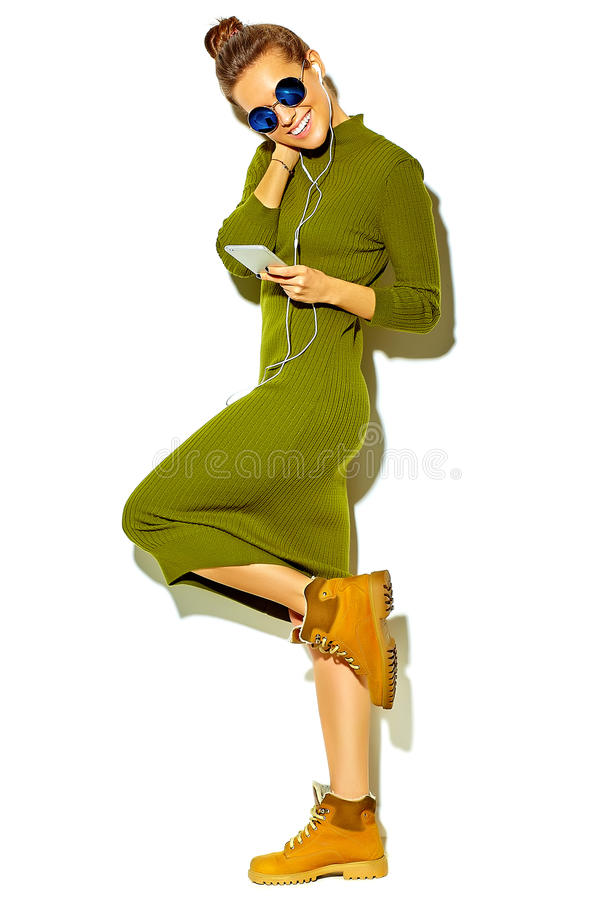 在夏天时髦的衣裳的时髦的美好的模型在演播室 免版税图库摄影