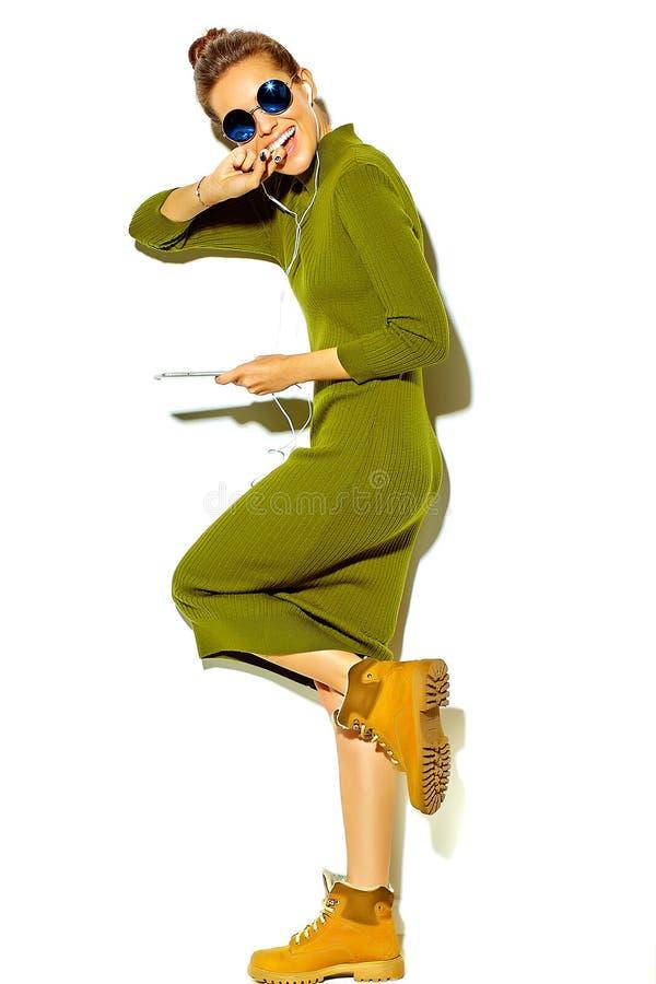 在夏天时髦的衣裳的时髦的美好的模型在演播室 图库摄影