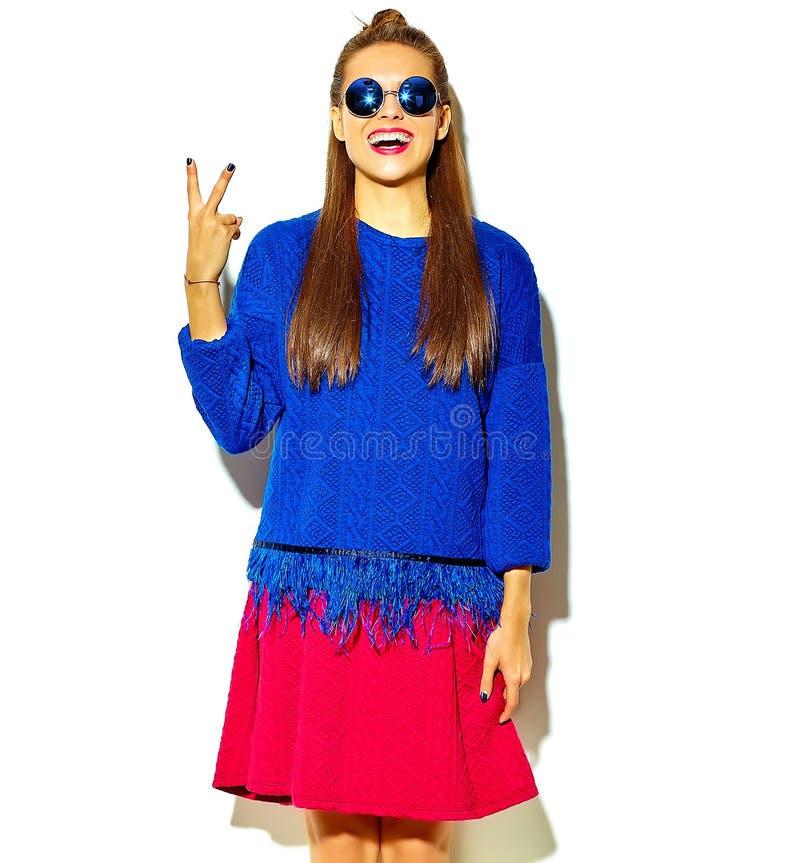 在夏天时髦的衣裳的美好的模型在演播室 免版税库存照片