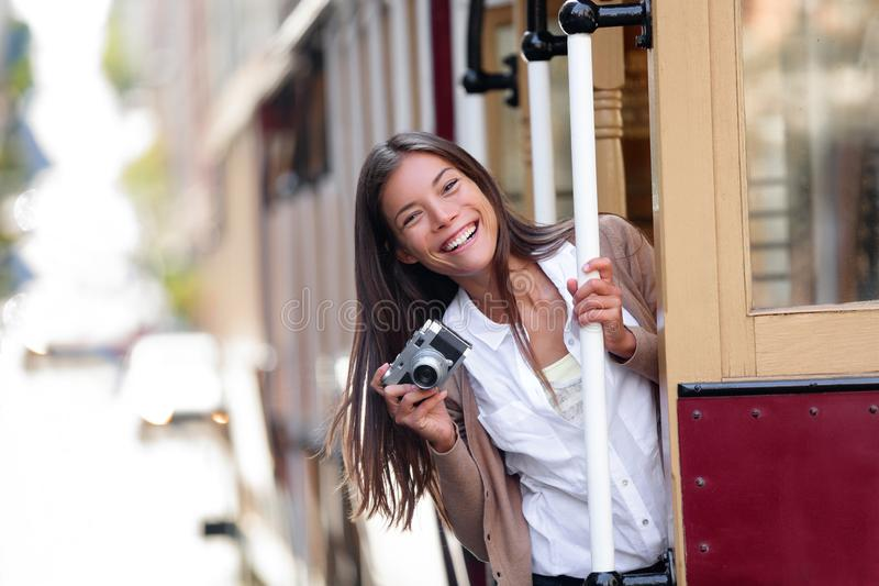 在夏天期间,乘坐著名电车轨道电车系统的旅行生活方式亚裔妇女游人在旧金山市,加利福尼亚 库存图片